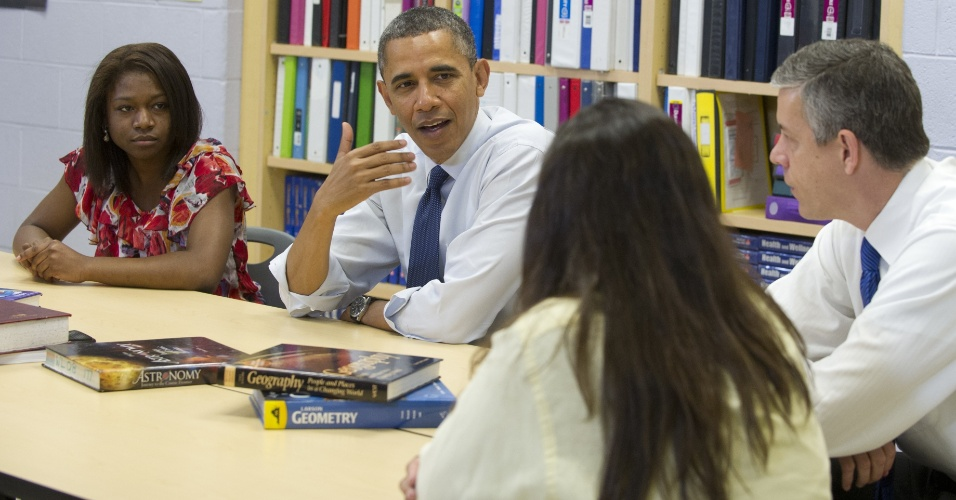04.mai.2012 - O presidente dos EUA, Barack Obama, conversa com estudantes e seus pais na escola Washington-Lee High School, em Arlington, na Virginia (EUA)