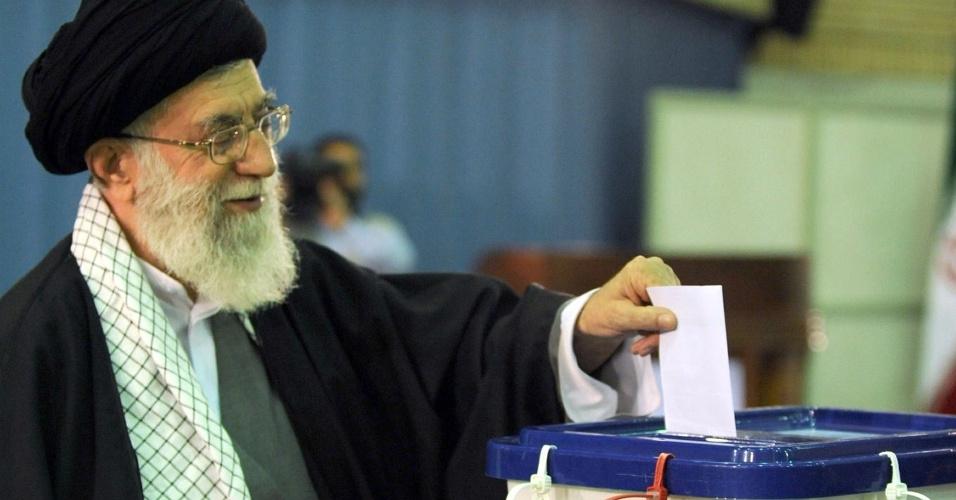 04.mai.2012 - O supremo líder do Irã, o aiatolá Ali Khamenei, deposita seu voto na urna durante eleições para o parlamentos, em Teerã, no Irã