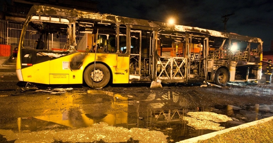 04.mai.2012 - &#212;nibus p&#250;blico foi incendiado por manifestantes na avenida Nordestina, zona leste de S&#227;o Paulo. No total, tr&#234;s &#244;nibus foram alvos de ataques