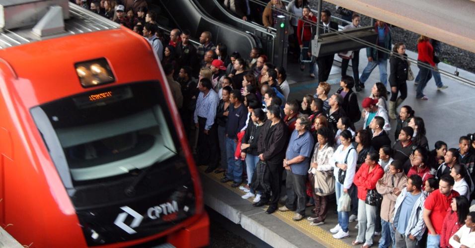 04.mai.2012 - Passageiros aguardam trem da CPTM na estação Santo Amaro, zona sul de São Paulo, na manhã de hoje. Os usuários da Linha 9 (Esmeralda), que liga Osasco até o Grajaú enfrentam mais uma manhã de problemas