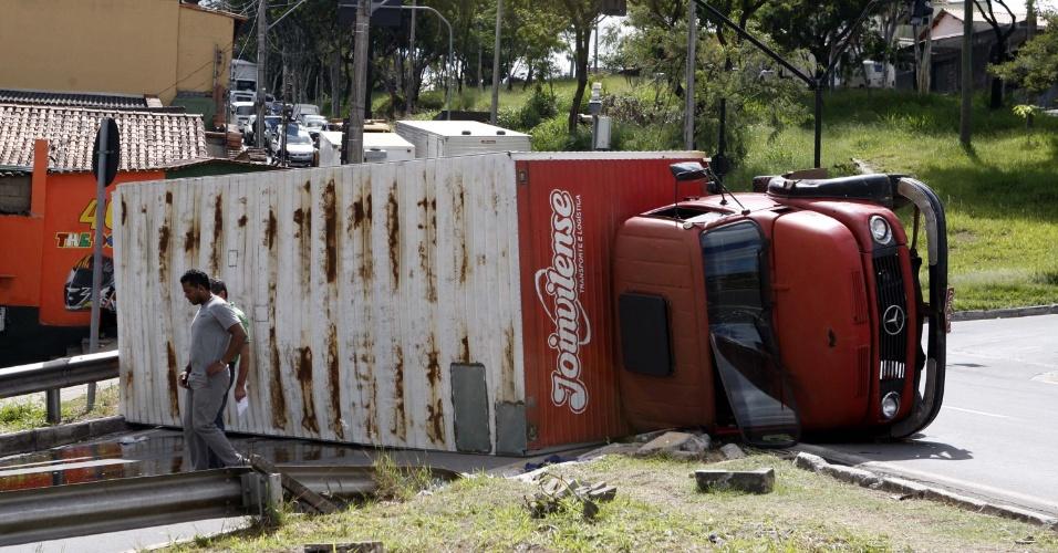04.mai.2012 - Um caminhão tombou na manhã de hoje, na alça de acesso da avenida Babita Camargos, no bairro Água Branca em Contagem, MG. Ninguém ficou ferido