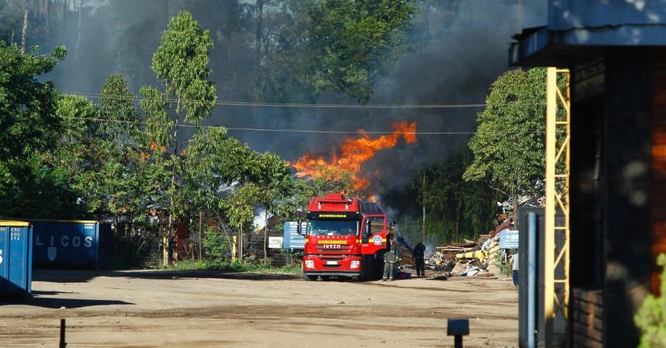 04.mai.2012 - Um incêndio atinge o depósito da Gerdau no bairro Bela Vista, em Contagem (MG), na manhã de hoje. O fogo teria começado por volta da 1h da madrugada e por volta das 10h ainda era combatido pelos bombeiros