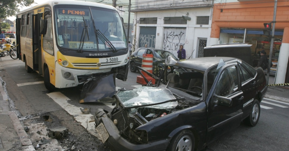 04.mai.2012 - Um micro&#244;nibus colidiu com um carro na madrugada de hoje na av. Gabriela Mistral, que fica na Penha, zona leste de S&#227;o Paulo. O carro, que tinha cinco pessoas a bordo, teria invadido a contram&#227;o e o motorista - que fugiu do local - n&#227;o tinha habilita&#231;&#227;o. Cinco pessoas ficaram feridas