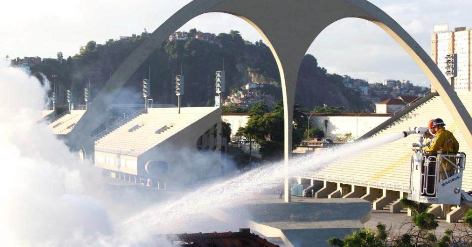 4.mai.2012 - Bombeiros tentam conter incêndio que atingiu um sobrado na cidade Nova próximo ao Sambódromo, no Rio de Janeiro