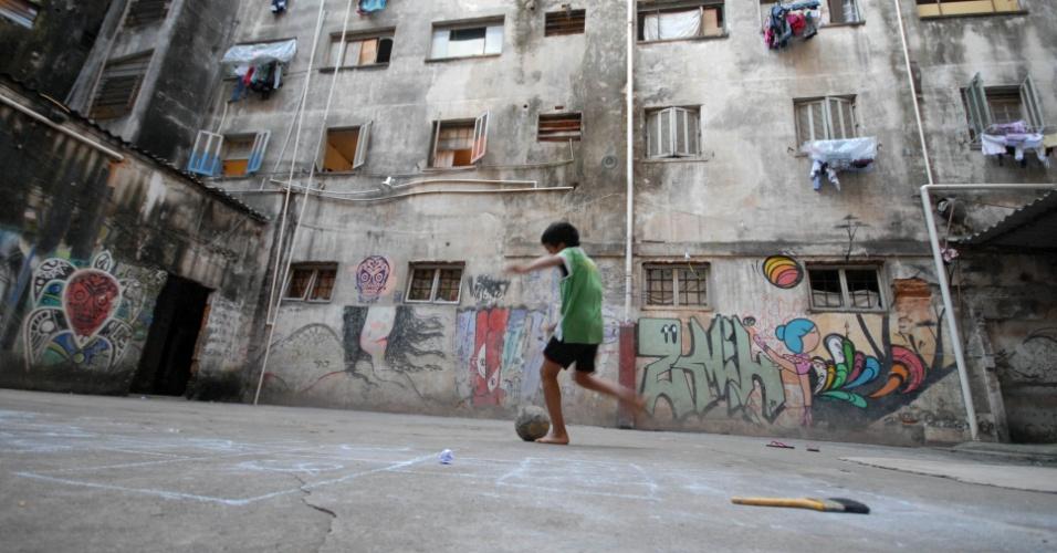 4.mai.2012 - Criança joga bola no pátio de um prédio ocupado no centro da cidade de São Paulo. O Movimento Sem-Teto do Centro (MSTC), que coordena a ocupação, entrou com ação para anular a decisão de reintegração de posse, mas o pedido foi negado. A ocupação abriga, desde 2007, cerca de 240 famílias