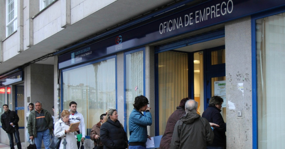 4.mai.2012 - Espanh&#243;is formam fila em frente a escrit&#243;rio de empregos do governo em Pontevedra, na Espanha