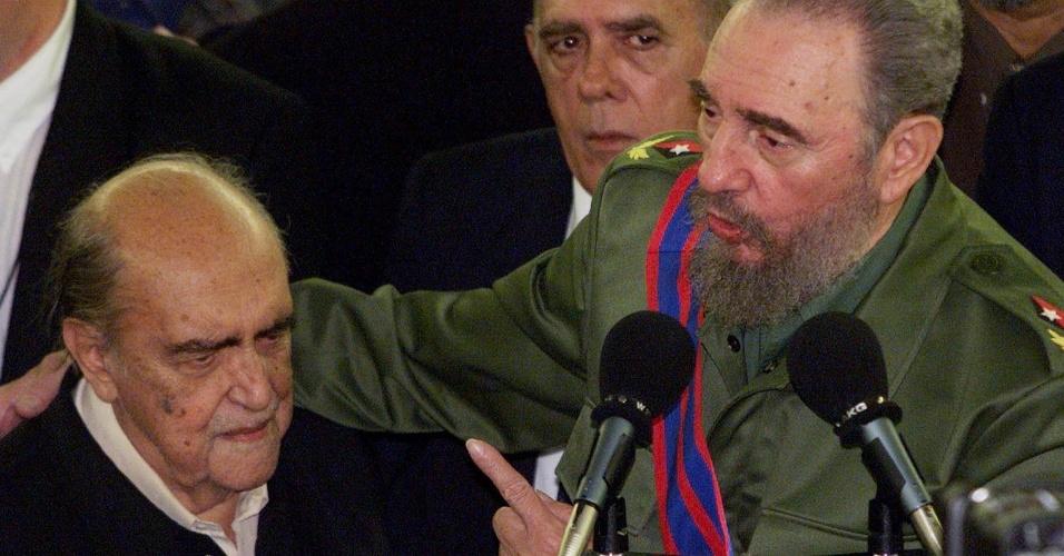 4.mai.2012 - Fidel Castro fala no MAC de Niterói (RJ), ao lado de Oscar Niemeyer, em 1999
