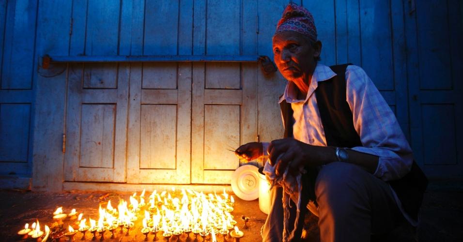 4.mai.2012 - Homem acende velas como oferenda a Rato Machhindranath em Lalitpur, no Nepal
