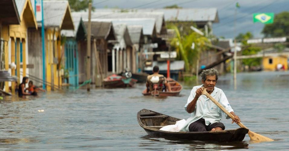 4.mai.2012 - Homem recorre a um barco para conseguir se locomover pelas ruas de Anama, no interior do estado do Amazonas, nesta sexta-feira (4). O município foi castigado pelas cheias do rio Solimões, um dos dois principais braços do rio Amazonas