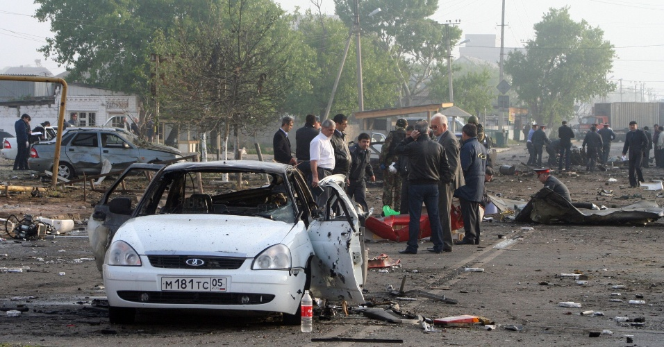4.mai.2012 - Investigadores trabalham em local onde duas explosões deixaram pelo menos 13 pessoas mortas em Makhachkala, no Daguestão