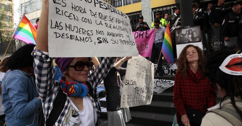 4.mai.2012 - Manifestantes protestam em frente ao Tribunal de Pichincha, em Quito, no Equador, em apoio ao casal homossexual Helen e Nicola Bicknell Rothon, que luta para conseguir registrar a filha concebida por inseminação artificial