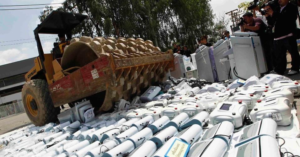4.mai.2012 - Máquina destrói equipamentos médicos ilegais na província de Ayutthaya, na Tailândia