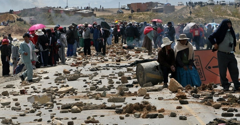 4.mai.2012 - Médicos, estudantes de medicina de universidades estaduais e funcionários de hospitais protestam em El Alto, na Bolívia. Os manifestantes bloquearam o principal acesso de La Paz com a região central de Cochabamba e o leste de Santa Cruz