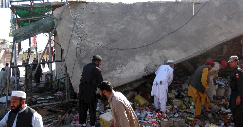 4.mai.2012 - Membros das forças de segurança paquistanesas inspecionam mercado de Khar, no Paquistão, onde um atentado suicida deixou pelo menos 18 mortos