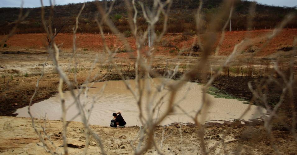 4.mai.2012 - Morador busca água em um açude que sobreviveu a seca que atinge Maracas, na Bahia
