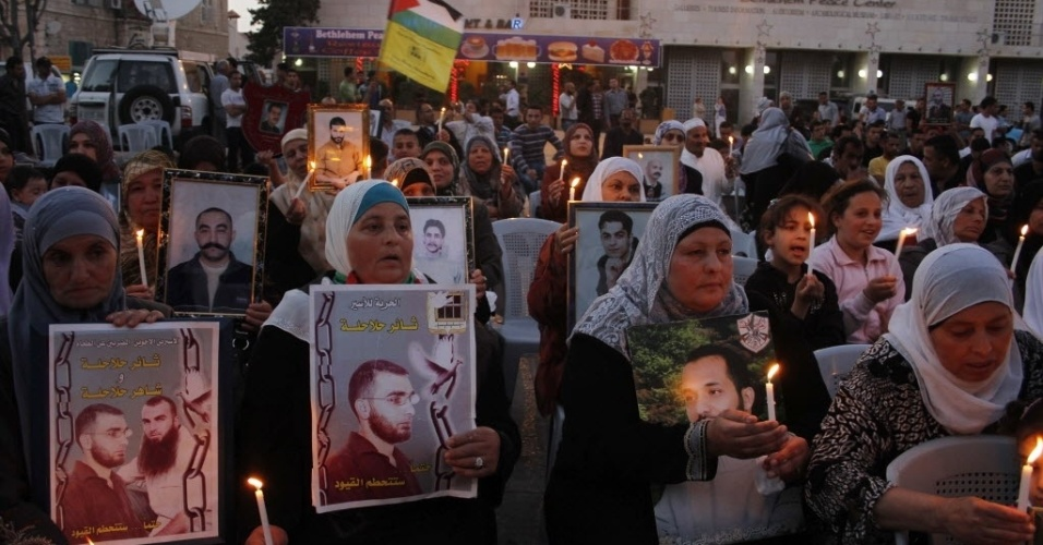 4.mai.2012 - Mulheres muçulmanas participam de vigília à luz de velas no exterior da igreja da Natividade, na cidade bíblica de Belém, na Cisjordânia, em solidariedade aos palestinos presos em Israel que estão em greve de fome