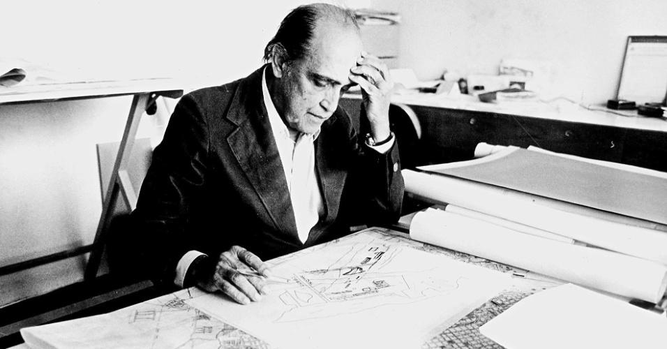 4.mai.2012 - Niemeyer em seu escritório no bairro de Copacabana, em 1982