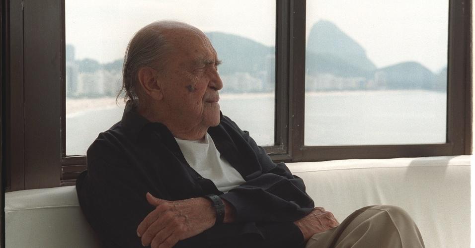 4.mai.2012 - O arquiteto Oscar Niemeyer em seu escritório em Copacabana, em 2004