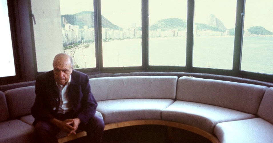 4.mai.2012 - O arquiteto Oscar Niemeyer em seu escritório, em Copacabana, em 2004