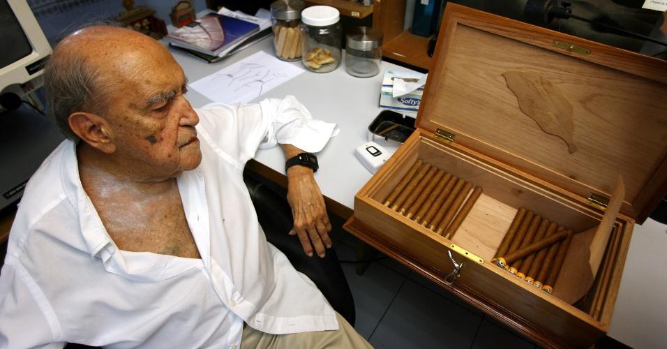 4.mai.2012 - O arquiteto Oscar Niemeyer mostra caixa de charutos que ganhou de Fidel Castro, em seu escritório, no Rio de Janeiro, em 2006
