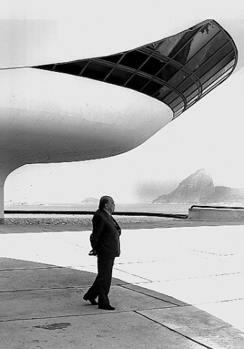 4.mai.2012 - O arquiteto Oscar Niemeyer posa no MAC (Museu de Arte Contemporânea), em Niterói