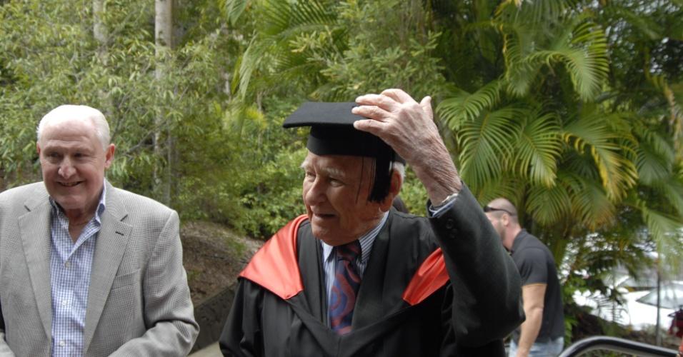 4.mai.2012 - O australiano Allan Stewart, 97, chega para cerimônia de formatura na Southern Cross University, na Austrália