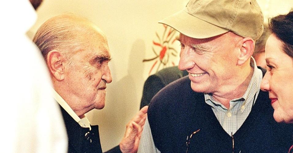 """4.mai.2012 - Oscar Niemeyer e Sebastião Salgado durante exposição """"Oscar Niemeyer 90 Anos"""" em homenagem ao arquiteto, em 1998"""