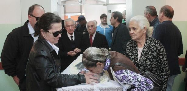 Parentes, amigos e fãs comparecem ao velório do cantor Tinoco que morreu com insuficiência respiratória em São Paulo (4/5/2012)