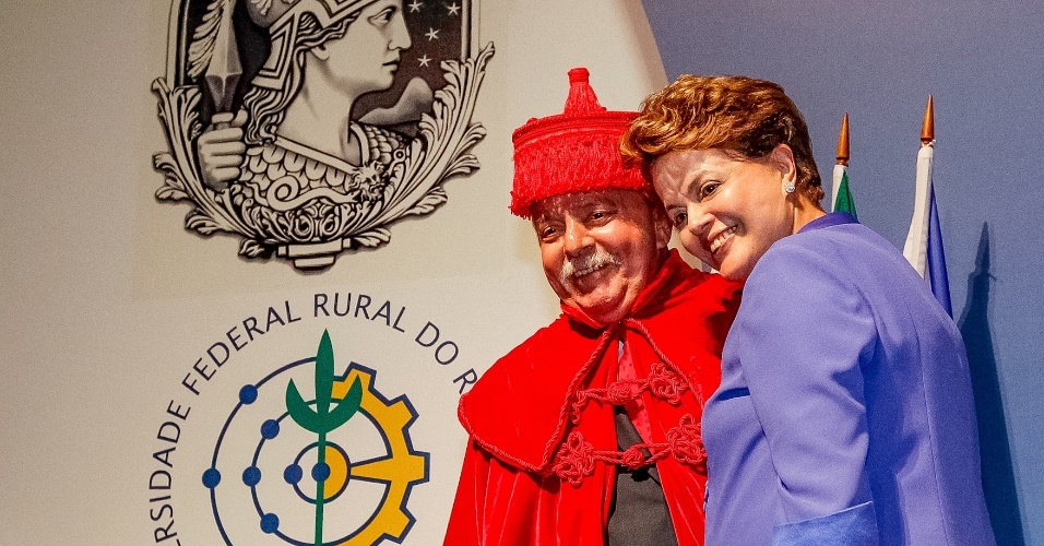 4.mai.2012 - Presidente Dilma Rousseff abra&#231;a Luiz In&#225;cio Lula da Silva logo ap&#243;s o ex-presidente receber o t&#237;tulo de Doutor Honoris Causa das universidades p&#250;blicas fluminenses
