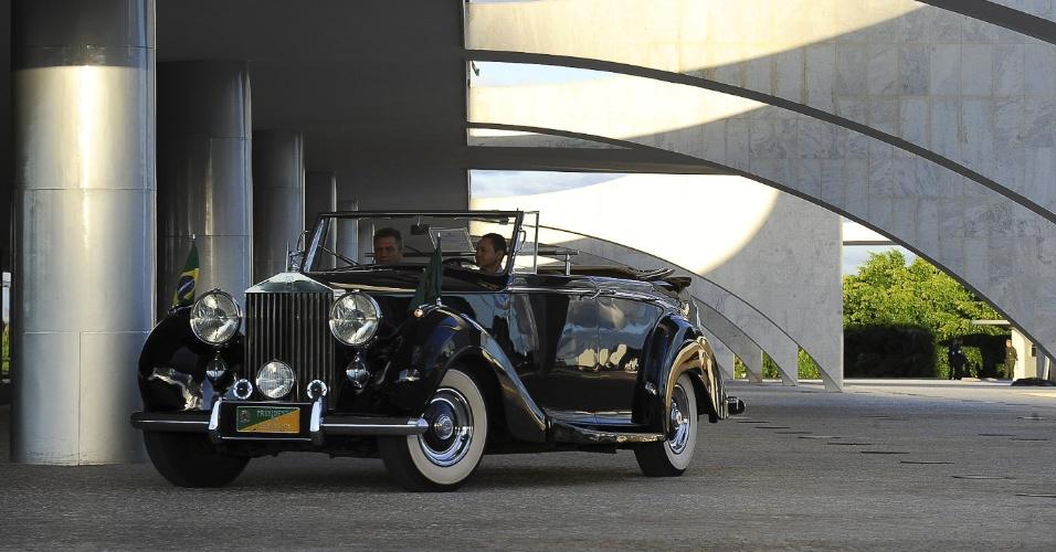 4.mai.2012 -  Rolls-Royce presidencial é exposto pela primeira vez em frente ao Palácio do Planalto, em Brasília, durante cerimônia de Arriamento da Bandeira Nacional,
