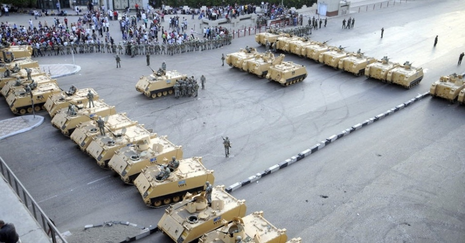 4.mai.2012 - Tanques bloqueiam acesso ao Minist&#233;rio da Defesa no Cairo, Egito. Um soldado morre com um tiro no abd&#244;men e outras 296 pessoas ficaram feridas em violento confronto entre manifestantes e agentes do ex&#233;rcito, segundo fontes oficiais