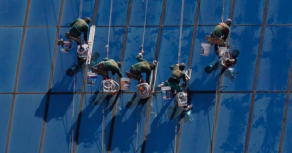 4.mai.2012 - Trabalhadores limpam janelas de prédio em Bancoc, na Tailândia