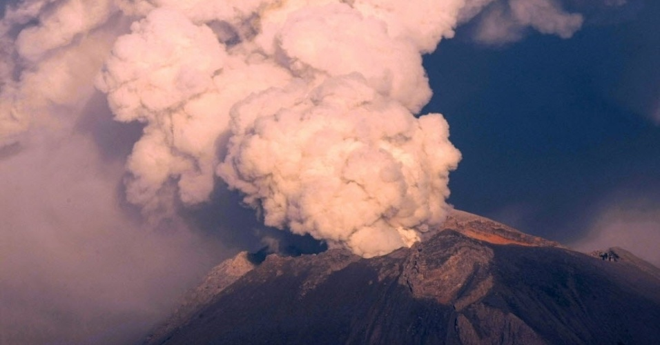 4.mai.2012 - Vulc&#227;o Popocatepetl em erup&#231;&#227;o na cidade de Nealtican, Estado mexicano de Puebla