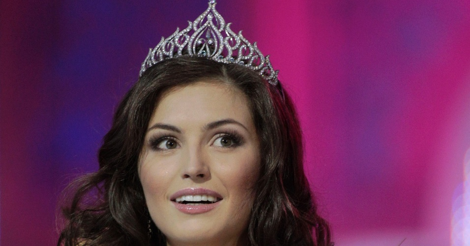 4.mai.2012 - Yulia Skalkovich sorri durante a cerimônia de premiação depois de vencer o concurso de Miss Belarus 2012, em Minsk