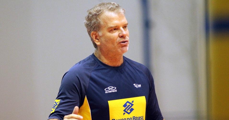 Bernardinho comanda o treino da seleção masculina de vôlei no CT de Saquarema