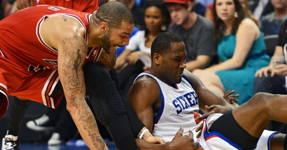 Carlos Boozer, do Chicago Bulls, e Elton Brand, do Philadelphia 76ers, vão ao chão na briga pela bola