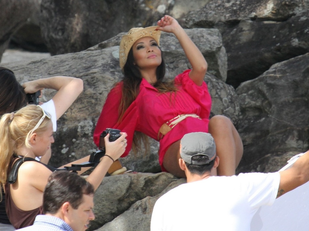 Carol Nakamura faz ensaio fotográfico na praia do Grumari, zona oeste do Rio (4/5/12). A modelo é assistente de palco do programa