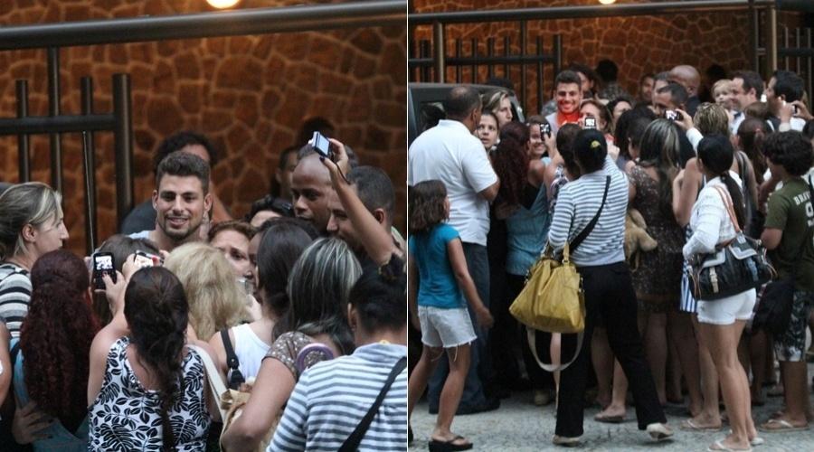 Cauã Reymond é cercado por fãs durante gravação de