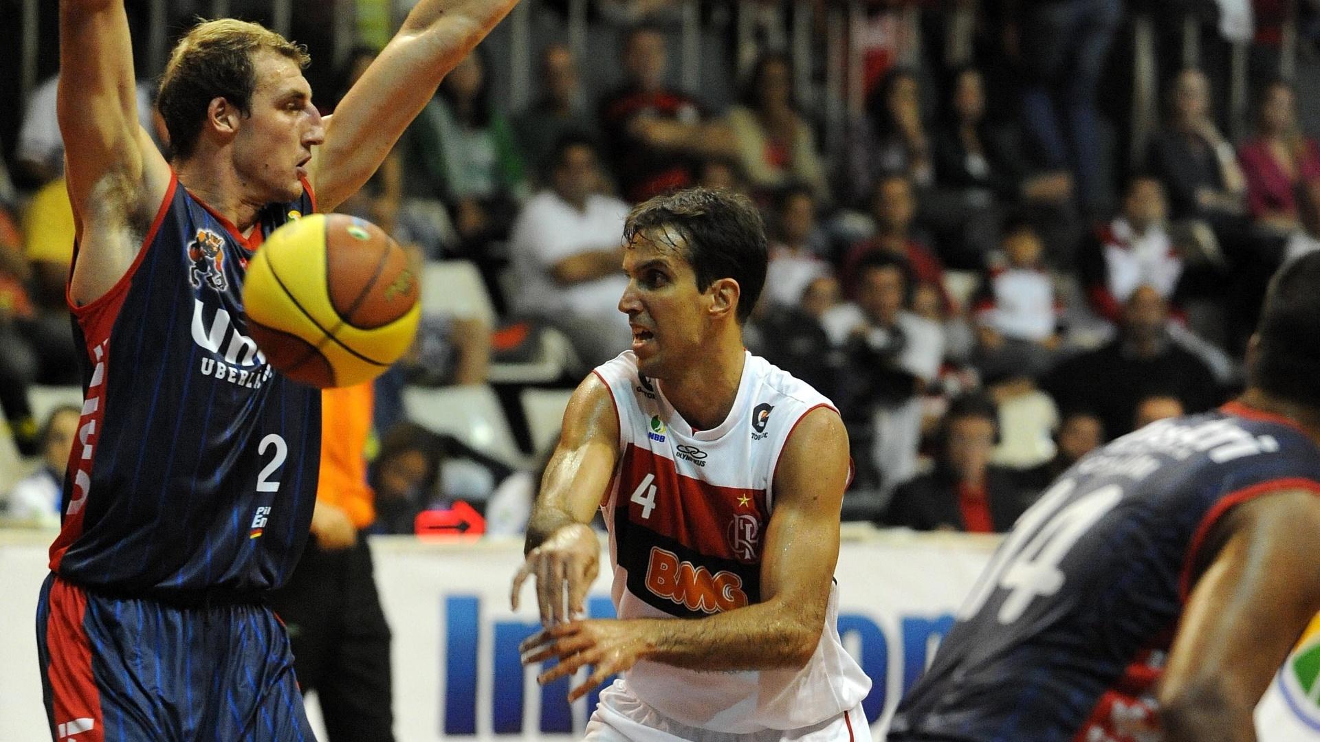 Dentro do garrafão, Marcelinho Machado, do Flamengo, tenta o passe durante jogo contra o Uberlândia