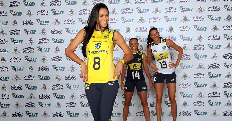 Jaqueline faz pose para os fotógrafos na apresentação dos novos uniformes da seleção brasileira de vôlei