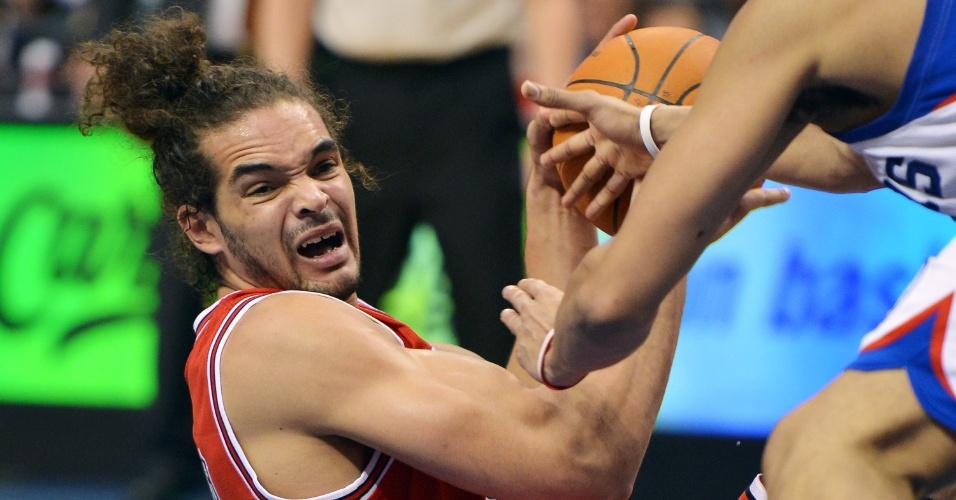 Joakim Noah, do Chicago Bulls, tenta manter a posse da bola após cair no chão durante jogo contra o Philadelphia 76ers
