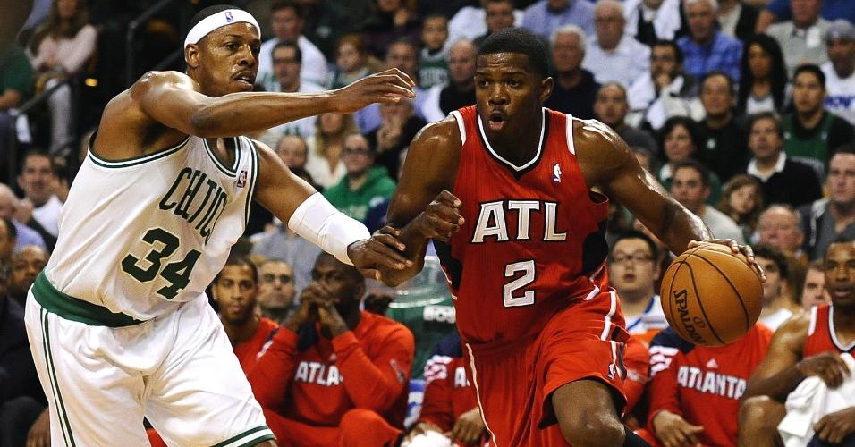Joe Johnson, do Atlanta Hawks, tenta passar pela marcação de Paul Pierce, do Boston Celtics