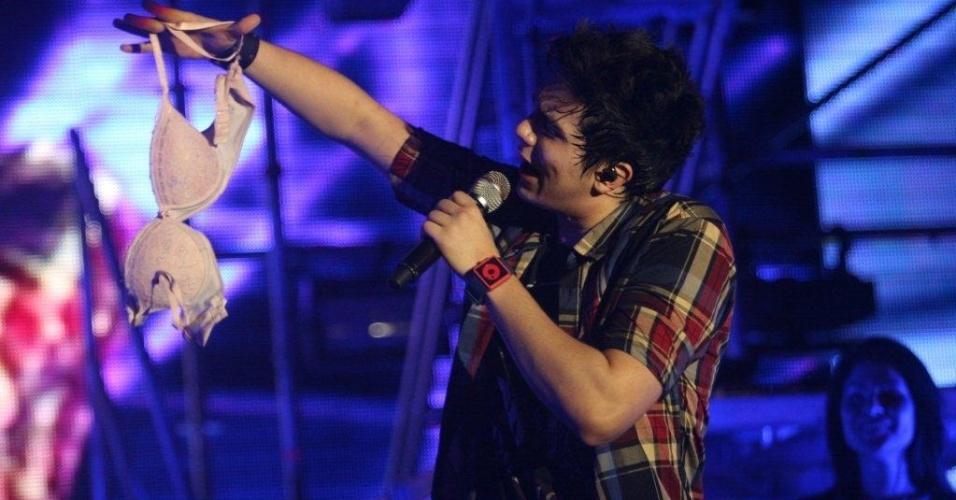 Luan Santana ganha sutiã de fã durante show no Viradão Carioca (4/5/2012)