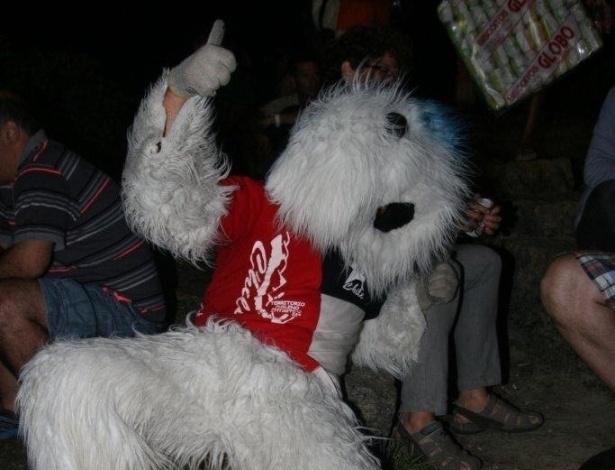 """Maicon Ortiz é chileno e há dois meses é chamado do """"cachorrão de Copacabana"""". Vestido com uma fantasia de cachorro, Ortiz diz que """"adora vestir a fantasia e dançar para divertir crianças e adultos"""". Ele tem 27 anos e estava assistindo ao show de Sullivan"""