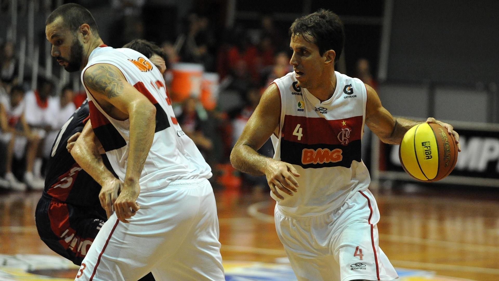 Marcelinho Machado, do Flamengo, passa pelo corta-luz estabelecido por Caio Torres
