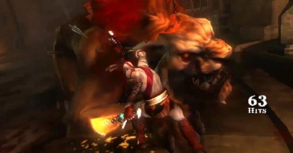 Na prisão, Kratos luta contra o gigantesco leão de Pireu, mas a fera não é páreo para o novo deus da guerra