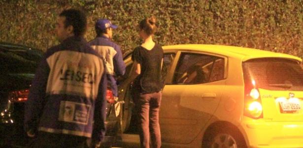 Nathalia Dill é parada em blitz da Operação Lei Seca na zona sul do Rio (4/5/2012)