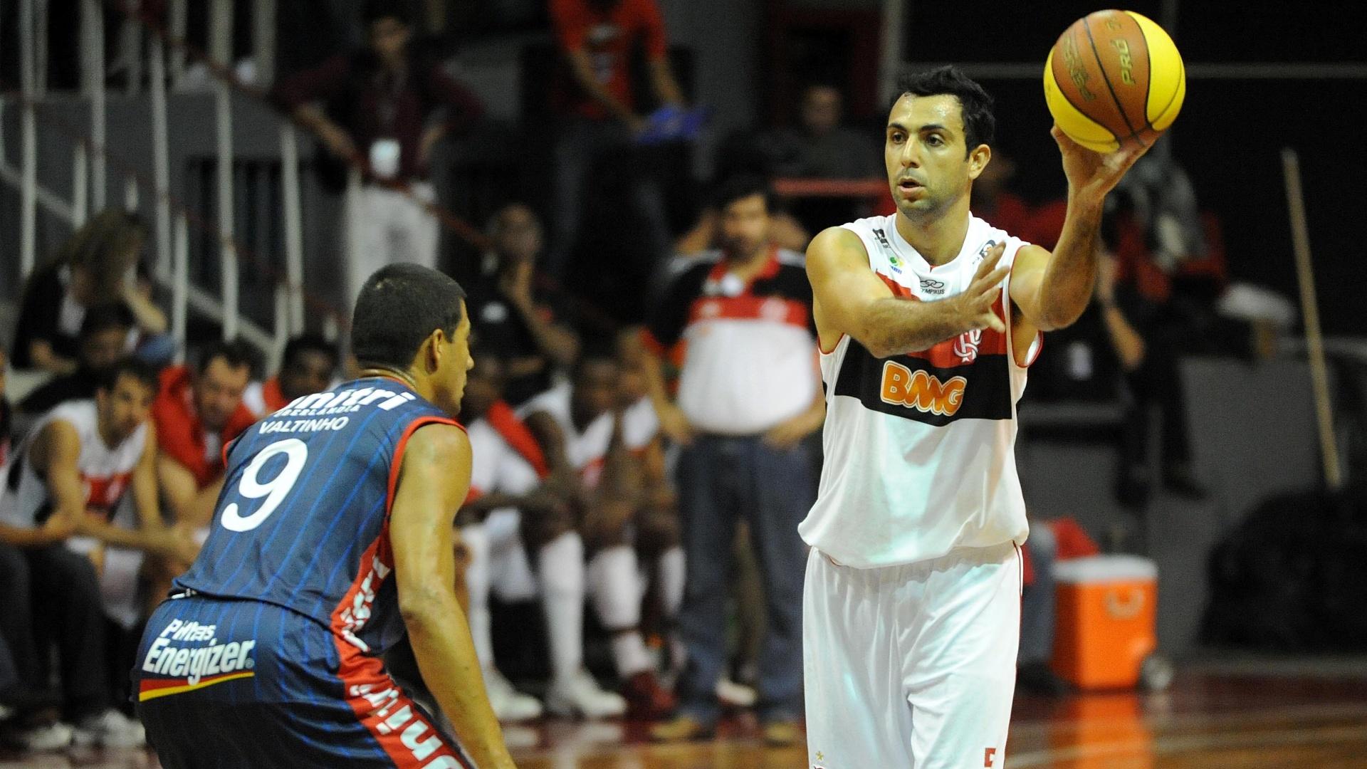 O armador Hélio, do Flamengo, tenta o passe enquanto é marcado por Valtinho, do Uberlândia