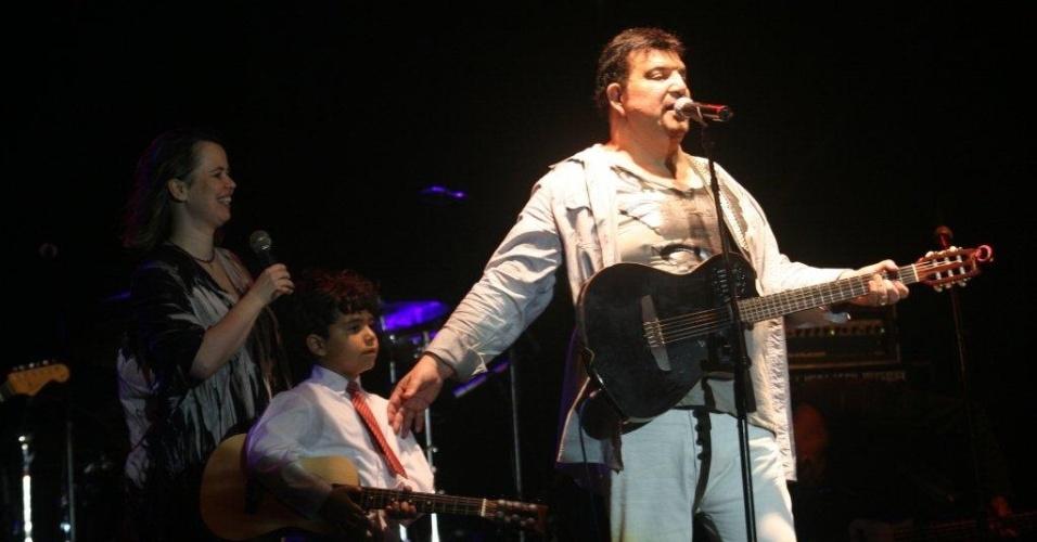 """O músico Michael Sullivan toca """"Whisky a Go Go"""" na abertura da programação do Viradão Carioca, na praia do Arpoador (4/5/2012)"""