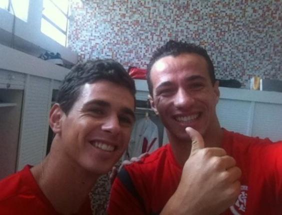 Oscar posa para foto com Leandro Damião após CBF retomar seu registro